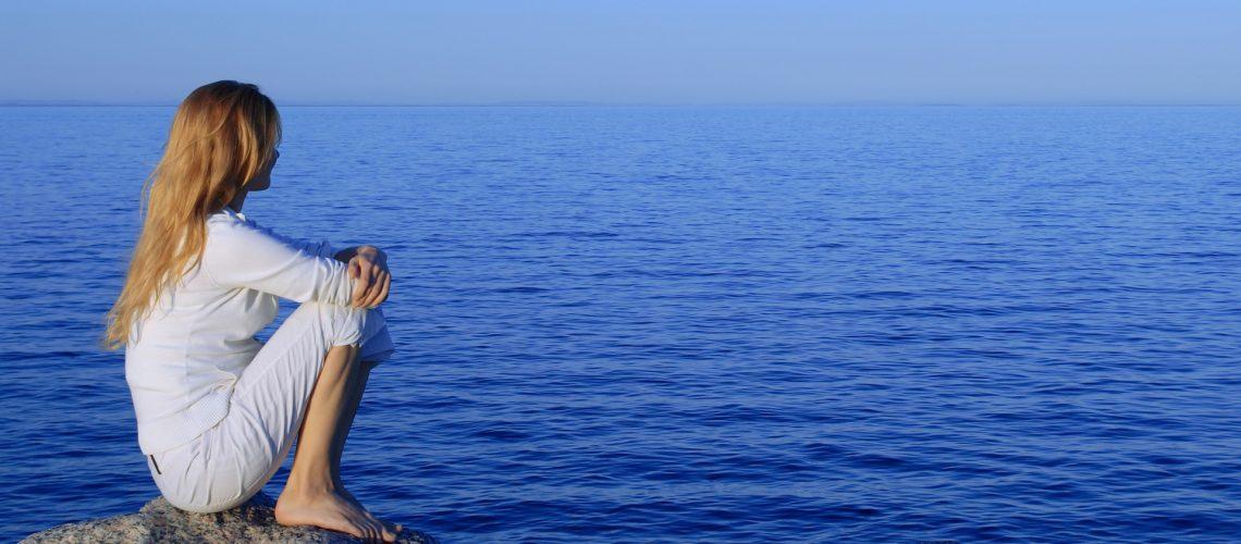 Women-beside-ocean